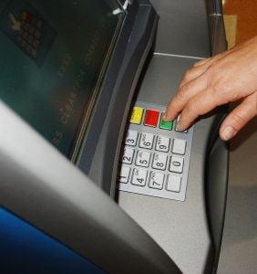Mare atentie la bancomat - trei hoti de la ATM, arestati in Bucuresti