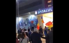 """Marturia unui medic care se afla in spitalul din Bacau, cand protestatarii strigau """"asasinii"""": """"Am avut un sentiment de frica. M-am gandit ca o sa forteze usile"""""""