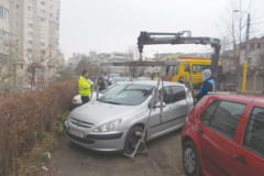 Masina a Politiei Locale, cu cauciucurile taiate