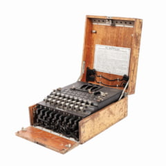 "Masina de criptat ""Enigma I"", folosita de nazisti, cumparata cu 100 de euro si vanduta cu 45.000, in Romania"