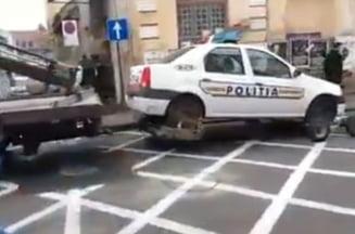 Masina de politie ridicata pentru ... parcare ilegala