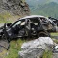 Masina prabusita peste 50 de metri pe Transfagarasan. Doi tineri au supravietuit miraculos, dar soferul a murit