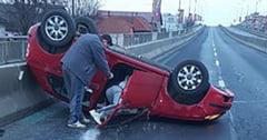 Masina rasturnata pe podul Calea Sagului din cauza unui sofer neatent. Doua femei au ajuns la spital