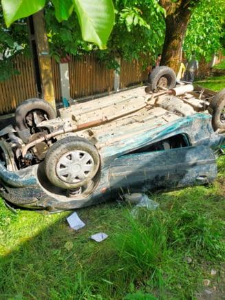 Masina rasturnata pe un drum din Romania. Doua persoane au ramas incarcerate