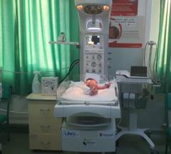Maternitatea din Zalau a primit o masa de reanimare pentru nou-nascuti de la Salvati Copiii