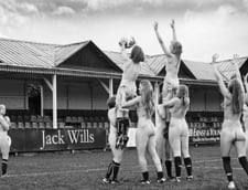 Meci demonstrativ de rugby cu studente nud