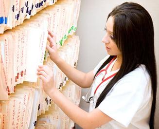 Medicii de familie, ademeniti cu bani sa distribuie cardurile de sanatate