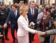 """Membrii Casei Regale, primiti la Alba Iulia cu mesajul """"Monarhia Salveaza Romania"""""""