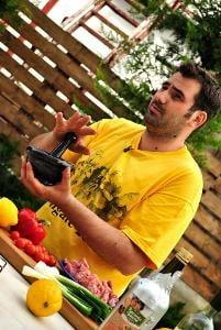 Mentalistul Cristian Gog si bucatarul Adi Hadean ajuta 50 de batrani din Cluj