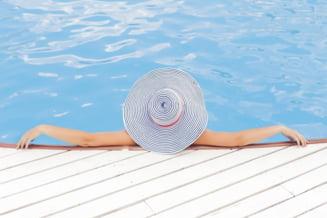 Mergi la piscina in aceasta vara? Ce afectiuni risti si cum te poti proteja - Interviu