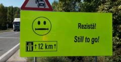"""Mesaje haioase pentru soferi pe un drum periculos: """"Acum incepe greul"""", """"Exista speranta"""" (Video)"""