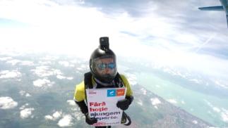 Mesajele #hailavot au ajuns in toata lumea: Din ocean, in aer si pana pe Everest. In ce conditii sare Ciolos cu parasuta (Foto)