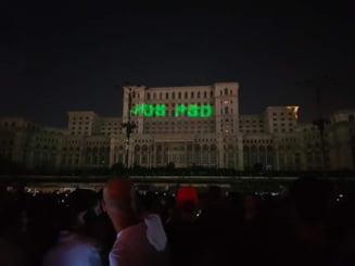 """Mesajul """"Jos PSD"""", proiectat pe Palatul Parlamentului in timpul festivalului iMapp. Avertismentul Primariei Capitalei"""
