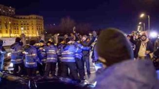 Mesajul barbatului flancat de jandarmi in timpul protestului de miercuri seara: Slugile ne fura viitorul
