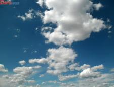Meteo: Soarele iese timid dintre nori, dar de ploi nu scapam