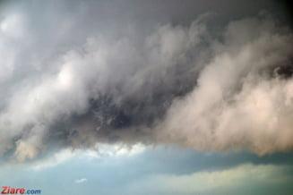 Meteorologii avertizeaza ca in aceasta seara este cod portocaliu de furtuni in 7 judete