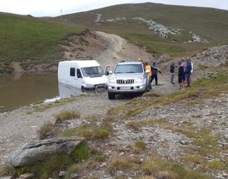 Microbuz cu turisti, blocat pe Transalpina (Foto)