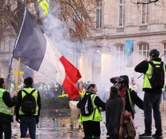 """Mii de """"veste galbene"""" protesteaza din nou: Zeci de retineri, distribuirea jurnalului La Voix du Nord - blocata"""