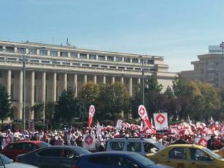 Mii de angajati din Sanatate au protestat in centrul Capitalei. Negocierile continua maine, greva ramane o varianta