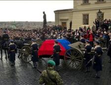 Mii de cehi si-au luat adio de la Vaclav Havel zdranganind din chei (Galerie foto)