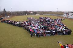 Mii de copii au format la Arad cea mai mare mana umana, intinsa celor care se lupta cu bolile rare (Foto)