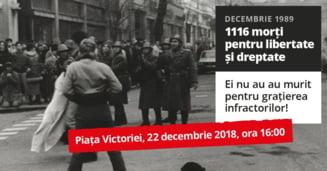 Mii de foi cu cei care au murit la Revolutie, pe gardul Palatului Regal. Poate singura imagine-simbol pentru Romania in an centenar