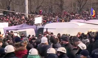 Mii de moldoveni au iesit in strada la Chisinau: Ultimatum pentru alegeri anticipate (Video)