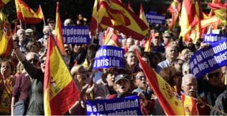 """Mii de oameni au iesit in strada la Madrid pentru a sustine unitatea Spaniei: """"Vrem sa fim cu fratii nostri catalani!"""" (Video)"""