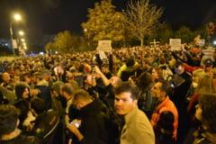 Mii de oameni in strada, dupa ce Senatul l-a salvat pe Oprea: Un bulevard blocat si o poezie pentru fostul ministru (Galerie foto&Video)