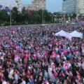 """Mii de oameni s-au adunat in Piata Victoriei pentru a transmite mesajul """"Toti pentru Europa!"""""""