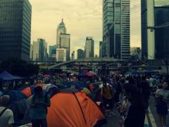 Mii de persoane sfideaza legea care interzice purtarea mastilor si protesteaza in Hong Kong