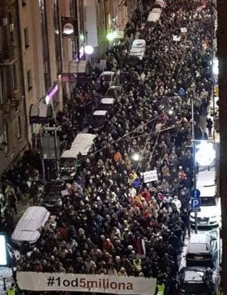 """Mii de sarbi au manifestat in strada impotriva presedintelui Vucic: """"Tara este a noastra si nu a hotilor!"""""""