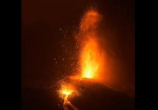 Mii de tone de lavă continuă să erupă din vulcanul Cumbre Vieja, din Canare. Aeroportul local a fost închis si peste 6.000 de persoane evacuate