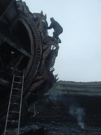 Miile de mineri de la CE Oltenia continua greva: Muncim ca-n lagar, pe salariul minim! Sa vina ministrul Energiei, sa-i aratam!