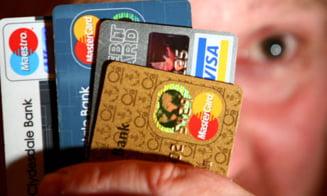 Milioane de britanici isi platesc datoriile cu cardul de credit