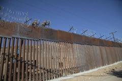 Militarii americani intind sarma ghimpata la frontiera cu Mexicul, pentru a impiedica migrantii sa intre in tara