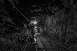 Minerii blocati de sase zile in subteran ameninta cu greva foamei: Azi au fost vizitati de familii si prieteni