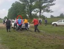 Ministrul Apelor a impins o masina blocata in noroi in timpul vizitei intr-un sat inundat