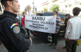 Ministrul Culturii, atacat cu rosii in fata Prefecturii Cluj