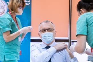 Ministrul Educatiei, Sorin Cimpeanu, a purtat o camasa speciala la vaccinare, cu maneca detasabila