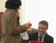 Ministrul Sova, atacat cu rosii