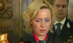 Ministrul de Interne cere demisia comisarului-sef care a stat in genunchi in fata mai multor chestori