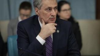 Ministrul de Interne spune ca Voican Voiculescu nu trebuie sa aiba o pozitie de demnitate publica. Adrian Nastase ii ia apararea