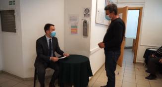 """Ministrului Transporturilor, voluntar intr-un centru de vaccinare. """"Va incurajez sa o faceti"""" VIDEO"""