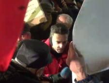 Mircea Badea a mers la protestul de la Cotroceni, unde unii manifestanti sunt adusi cu microbuzele