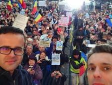 Mircea Badea contraataca boicotul sprijinit de Basescu: Pozeaza in baie si bucatarie (Foto)