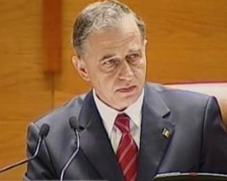 Mircea Geoana conduce sedinta in care se voteaza motiunea de cenzura