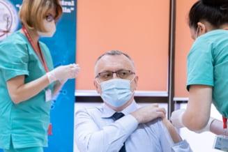 Misterul camasii cu gaura in maneca a ministrului Educatiei, folosita la vaccinarea anti-Covid-19, a fost deslusit. Ce explicatie a dat Campeanu