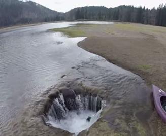 Misterul lacului care dispare printr-o gaura bizara (Video)
