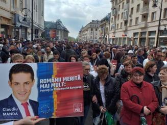 Miting PSD la Craiova: Dragnea si iubita au facut baie de multime, Manda e pe toate pancartele (Foto)